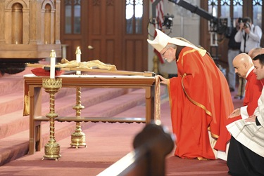 Litergy of Good Friday with Se‡n Cardinal OÕMalley at the Cathedral of the Holy Cross in Boston, Friday, April 2, 2010. (Photo/Lisa Poole)